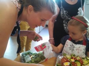 Atelier cuisine : fabrication de smörgåstårta pour la fête nationale